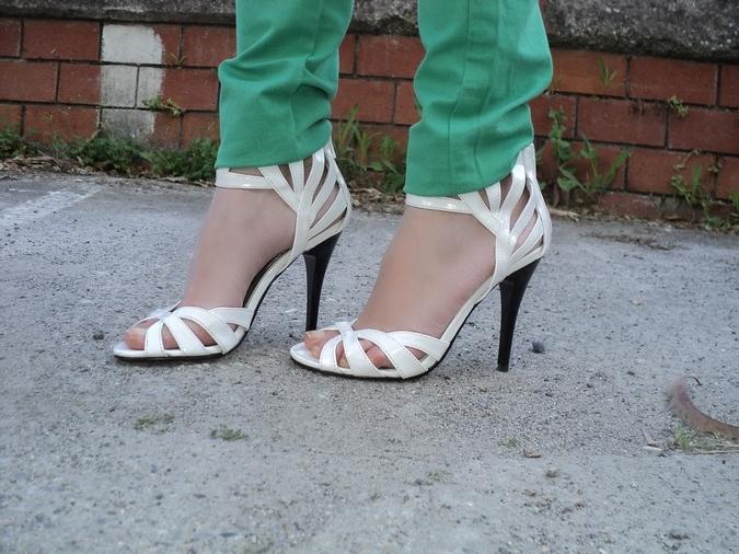 sandali-vernice-bianchi
