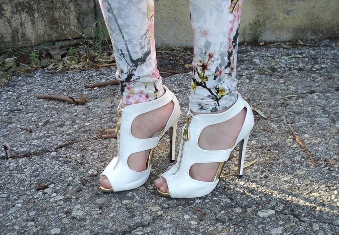 white-sandals-pinkbasis